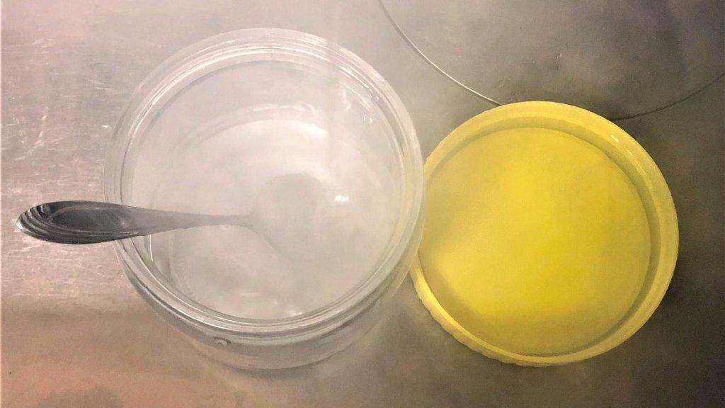 容器にお湯を注ぐ画像